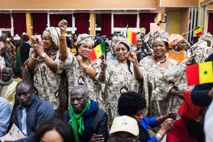 Des militantes de la majorité présidentielle dansent lors du grand meeting d'ouverture de la campagne de Macky Sall en France, aux Mureaux, le 9 février 2019.