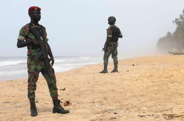 Des soldats ivoiriens surveillent la plage de Grand Bassam après l'attentat du 13 mars 2016.