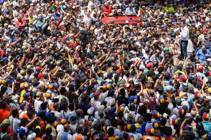 Le leader de l'opposition vénézuélienne et président par intérim autoproclamé Juan Guaido (à droite) prend la parole lors d'une manifestation à Caracas le 9 mars 2019.