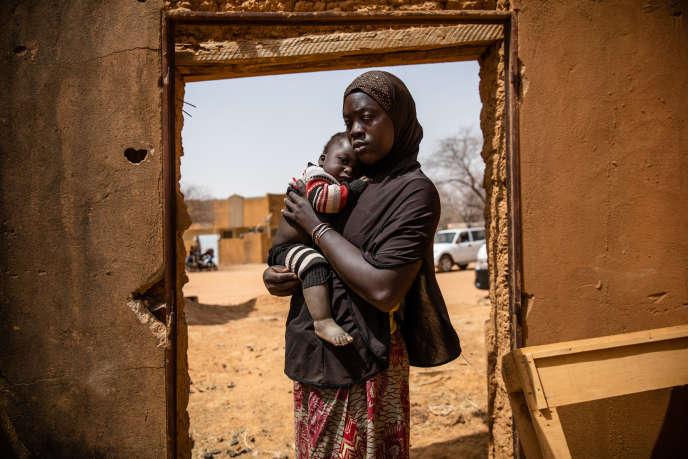 Une femme déplacée à Gorgadji avec son enfant, le 3mars 2019.