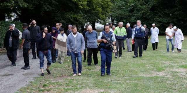 La police éloigne des témoins de la fusillade, à la mosquée Masjid al Noor de Christchurch (Nouvelle Zélande), le 15 mars.
