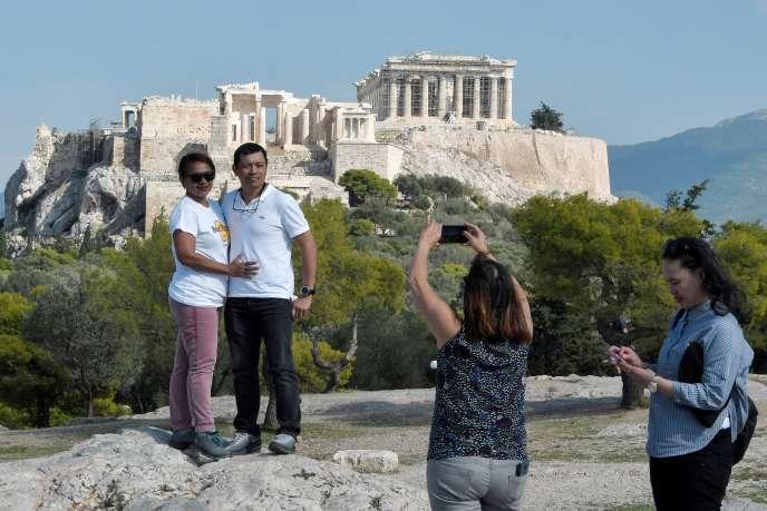 Touristen fotografieren vor der Akropolis in Athen im Oktober 2018.