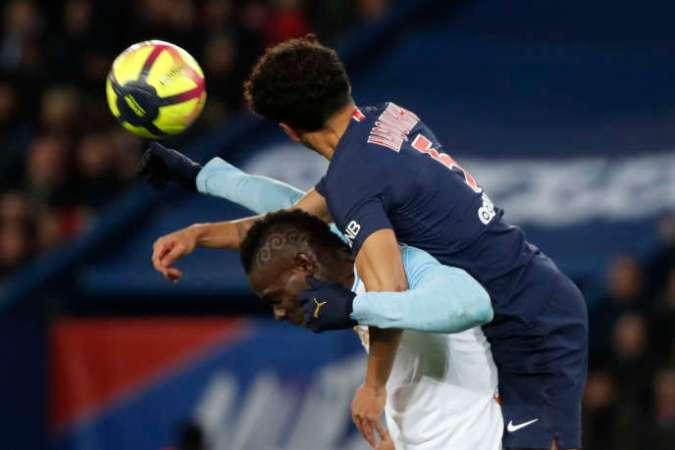 Mario Balotelli, ici battu au duel par Marquinhos, s'est vu reprocher par des supporteurs marseillais d'avoir salué la victoire du Paris-Saint-Germain à Manchester United.