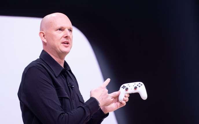 Phil Harrison, director de la división de videojuegos de Google, presenta el controlador Stadia en marzo de 2019.