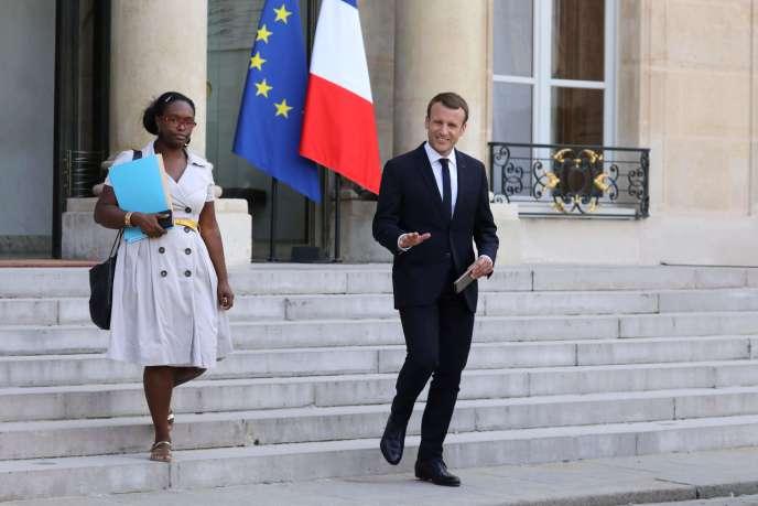 Sibeth Ndiaye, ici en compagnie d'Emmanuel Macron le 17 octobre 2017, a été nommée porte-parole du gouvernement, a annoncé l'Elysée dimanche 31 mars.