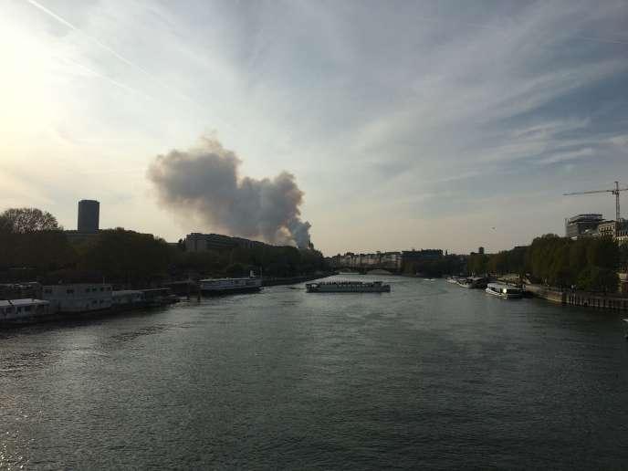 De la fumée s'échappe de la cathédrale Notre-Dame-de Paris, le 15 avril