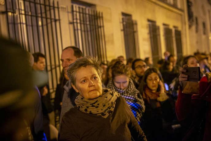 Viel Traurigkeit in den Augen und im Herzen der Passanten am 15. April vor der Kathedrale Notre-Dame von Paris, die brennt.