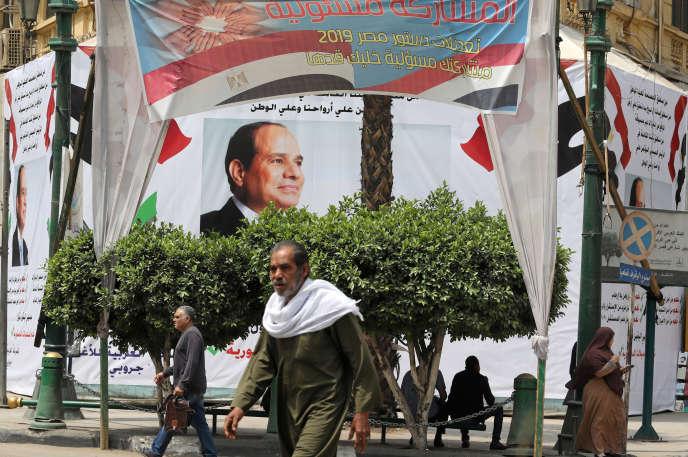 Des affiches de soutien au président Al-Sissi, au Caire (Egypte), le 16 avril.