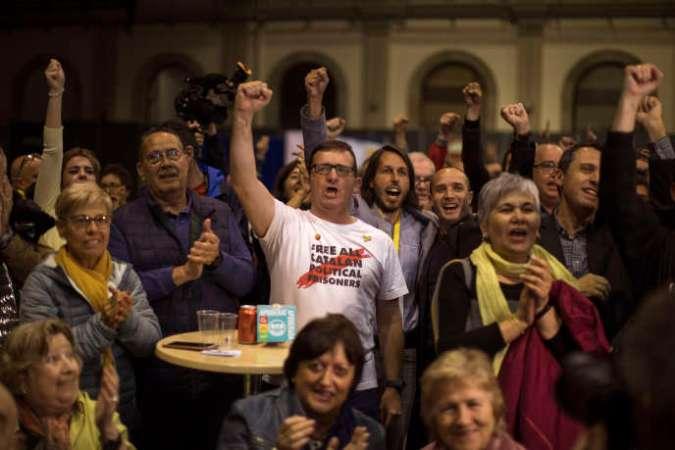 Des partisans de laGauche républicaine catalane (ERC), le 28 avril à Barcelone.