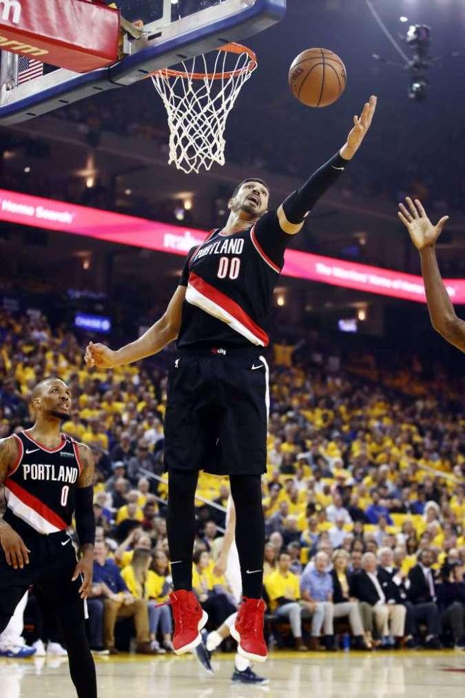 Persona non grata dans son pays, Enes Kanter dispute les finales de conférence Ouest de la NBA.
