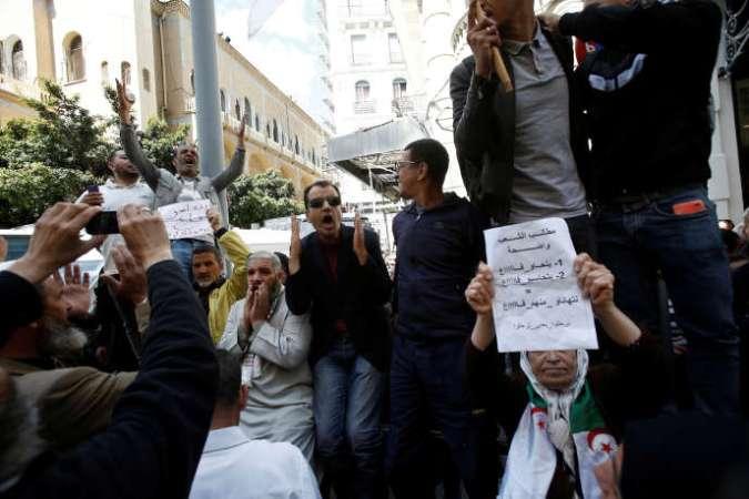 Manifestation à Alger, le 30 avril, près du tribunal où l'ex-premier ministre Ahmed Ouyahia est entendu.