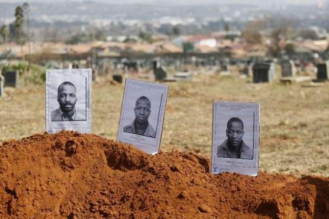 Photo de 2018 des militants politiques (condamnés pour meurtre) de Mute Nyanya Yawa, Katyana Zoya et Mpitizeli Zoy au cimetière de ouest Mamelodi, à Pretoria, en Afrique du Sud.