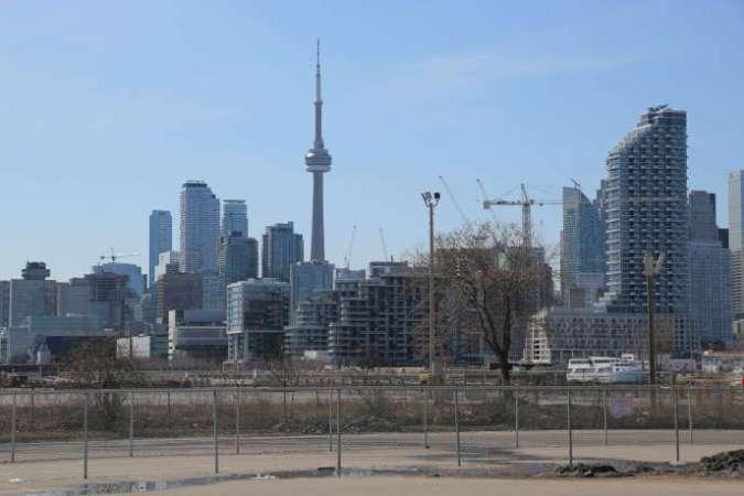 Le centre-ville de Toronto (Ontario), vu depuis le quartier de Quayside, où Sidewalk Labs, filiale d'Alphabet Inc. et société sœur de Google, a implanté son centre technique.
