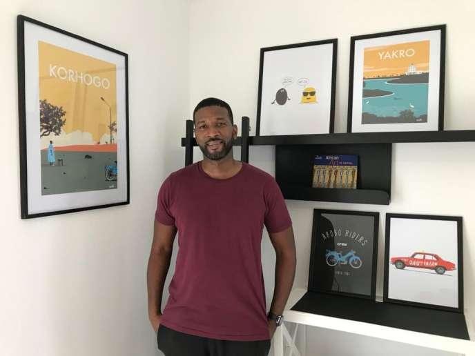 Imalk, devant ses tableaux à messages, qu'il décline aussi en tee-shirts et sacs en toile.