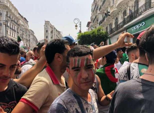 Un jeune manifestant dans la rue Didouche Mourad, à Alger, le 5 juillet.