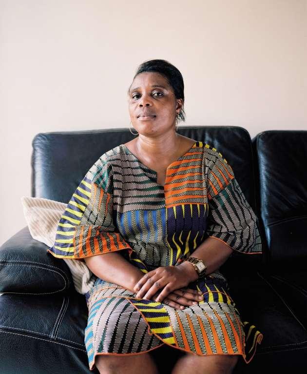 Avant son départ pour la Côte d'Ivoire, Léontine G. expédie par bateau les colis de vêtements et autres produits accumulés pendant des mois.