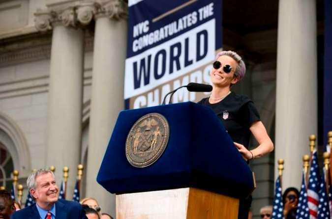 «C'est notre responsabilité de rendre ce monde meilleur», a lancé Megan Rapinoe à la fin de son discours, sur les marches de l'hôtel de ville de New York, mercredi 10 juillet 2019.