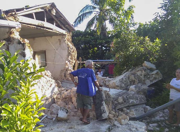 Un habitant de la ville d'Itbayat constate les dégâts après deux séismes successifs dans les îles Batanes, dans le nord de l'archipel des Philippines, le 27 juillet.
