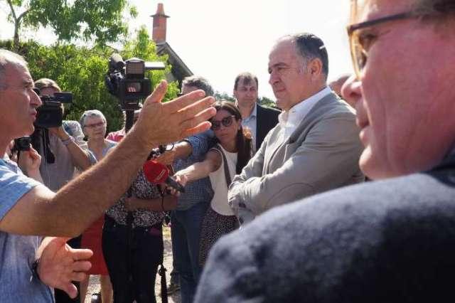 Le ministre de l'agriculture Didier Guillaume, à droite, discute de la canicule avec un agriculteur à Ouchamps (Loir-et-Cher), le 22 juillet.