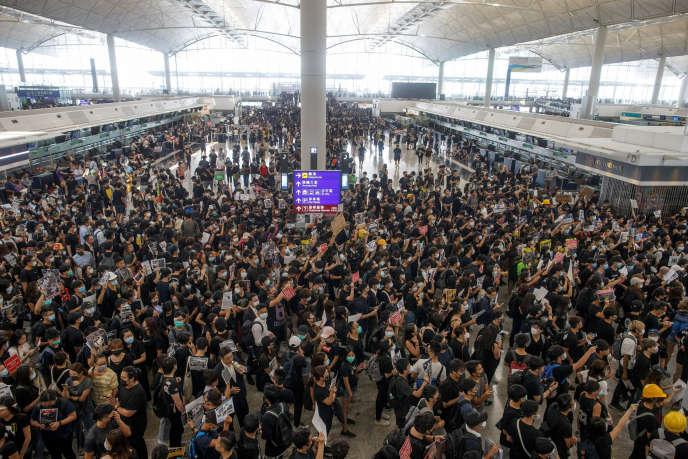 Manifestants à l'aéroport international de Hong Kong, le lundi 12 août.