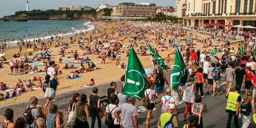 Bizi, Attac, le PCF, la gauche abertzale, les gilets jaunes et des groupes anarchistes ont manifesté à Biarritz contre le G7 le 13 juillet 2019. © Christophe de Prada/Bestimage