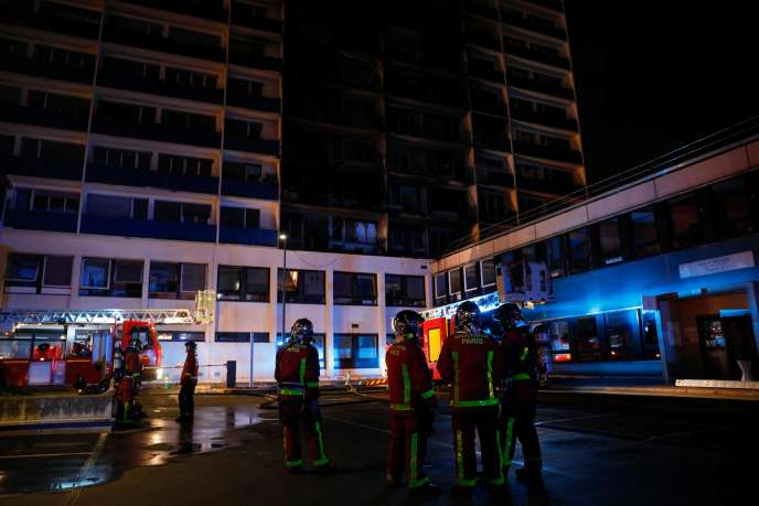 Firefighters face the building that caught fire in Créteil, Wednesday, August 21 evening.