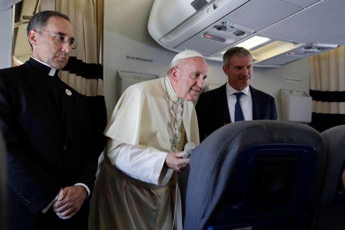 Le pape François lors du voyage de retour après son passage dans trois pays africains de l'océan Indien, mardi 10septembre.