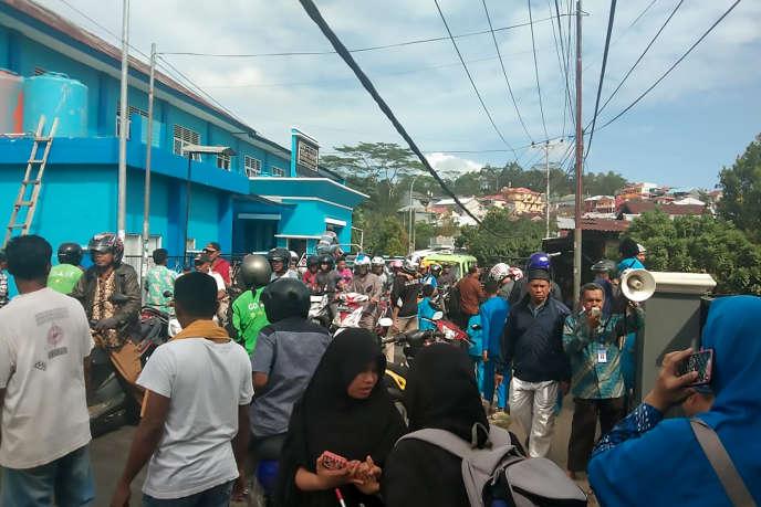 Des habitants rassemblés à l'extérieur dans le village de Batu Merah à Ambon, dans les îles Maluku en Indonésie, à la suite d'un tremblement de terre de magnitude 6,5 survenu le 26 septembre 2019.