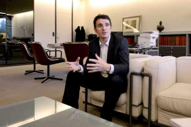 Le maire de Grenoble, Eric Piolle, dans son bureau, le 25 novembre 2014.