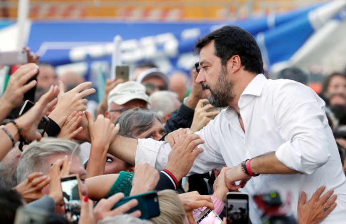 Matteo Salvini prende un bagno di folla durante una manifestazione dell'opposizione di destra, a Roma, il 19 ottobre.