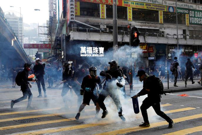Des manifestants reçoivent des gaz lacrymogènes à Hong Kong(Chine), le 2 novembre.