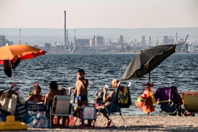 Sullo sfondo, il sito di acciaio e Ilva, a Taranto, fotografato il 22 luglio. Per motivi logistici, tra cui l'accesso all'acqua, acièrie è stato collocato in prossimità della città e della sua popolazione.