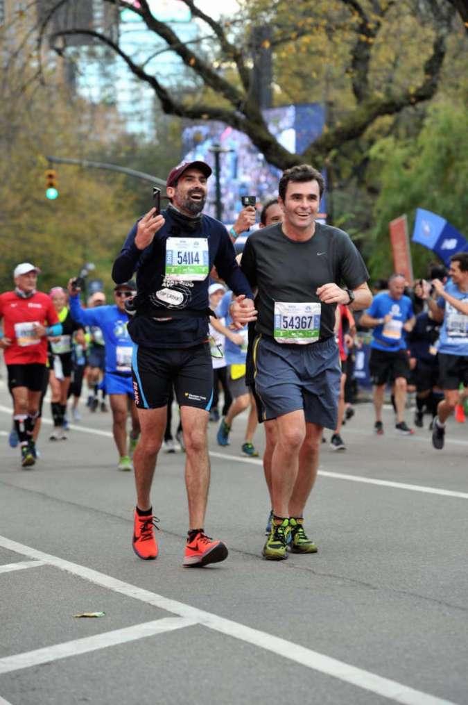 Fred Burguière avec le docteur Matthieu Allez sur la ligne d'arrivée du marathon de New York, le 3 novembre.