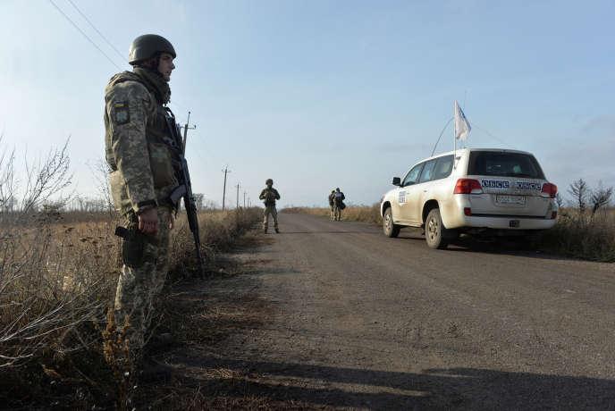Le retrait des troupes des deux camps a lieu sous le regard des observateurs de l'OSCE, ici à Bogdanivka, dans la région de Donetsk, le 8 novembre en Ukraine.