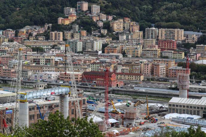 Una vista della città di Genova, e il suo ponte Morandi, che è crollato il 14 agosto 2018, provocando la morte di 43 persone.