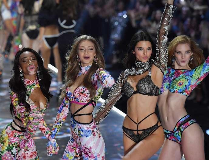 Lors du défilé de la marque de lingerie Victoria's Secret, le 8novembre 2018, à New York, les mannequins Winnie Harlow, Gigi Hadid, Kendall Jenner et Alexina Graham.
