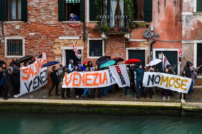 Veneziani protesta navi da crociera, e il MOSE, un progetto di dighe galleggianti, il 24 novembre.