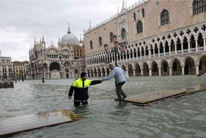 Venezia ha visto nel mese di novembre la peggiore innalzamento delle acque per oltre cinquant'anni.