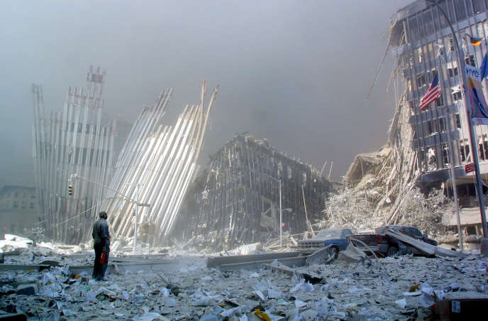Сцена запустения после нападения на Всемирный торговый центр в Нью-Йорке, 11 сентября 2001 года.
