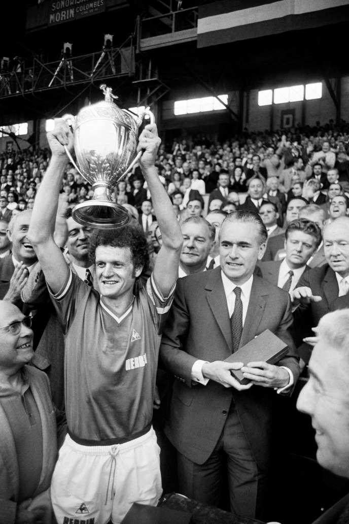 Le capitaine de Saint-Etienne Robert Herbin à côté de Jacques Chaban-Delmas, après avoir remporté la coupe de France de football,le 31 mai 1970.