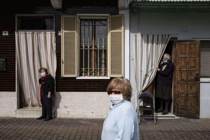 Le donne di attendere per la distribuzione del pane, Caresana (Italia), il 26 aprile.