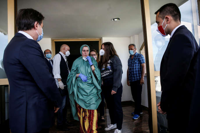 Il umanitario Silvia Romano, al suo ritorno per l'aeroporto di Roma Ciampino, il 10 maggio a Roma.