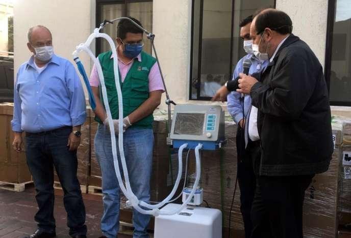 L'ex-ministre bolivien de la santé, Marcelo Navajas (à droite) et le ministre d'Etat Arturo Murillo (à gauche) lors de la remise de 15 respirateurs dans un hôpital de Santa Cruz (Bolivie), le 19 mai.