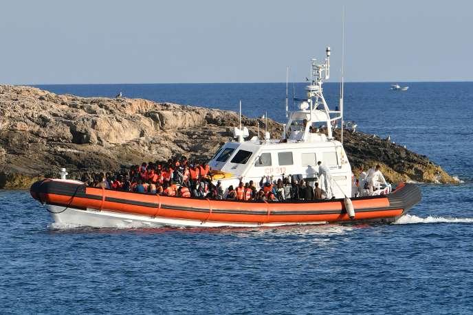 Des migrants venus de Libye arrivent sur les côtes de l'île italienne de Lampedusa sur un bateau des garde-côtes nationaux, vendredi 31 juillet.