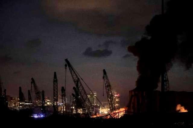 Au soir du 4 août, des incendies se poursuivent près du port de Beyrouth, au Liban.