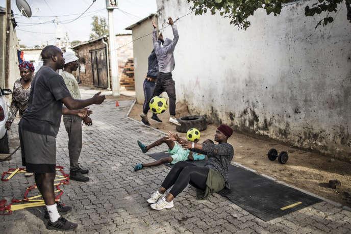 Séance d'entraînement dans une rue d'Alexandra, dans la banlieue de Johannesburg, le 27 avril.