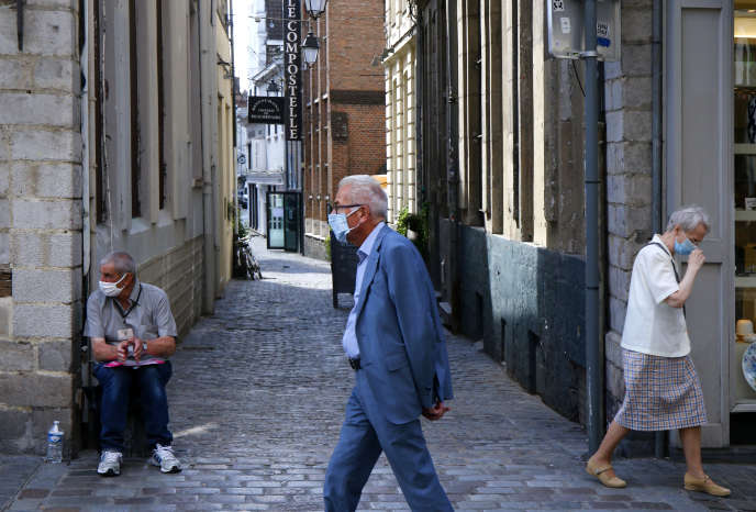 Passers-by wear a mask in the streets of Lille, Friday August 21.