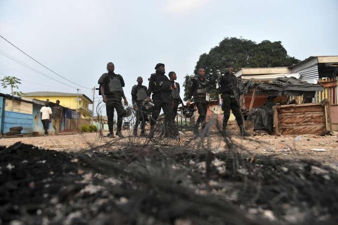 Des policiers ivoiriens patrouillent à Daoukro, le 14août 2020.