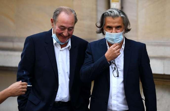L'ancien président de l'Olympique de Marseille (OM) Vincent Labrune (à droite) et l'ex-président du Racing Club de Lens Gervais Martel, le 10 septembre, à Paris.