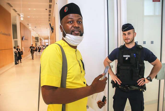 Emery Mwazulu Diyabanza, au tribunal pour contester l'interdiction de quitter le territoire français émise par la justice après l'action du Quai Branly, le 24 juin 2020.